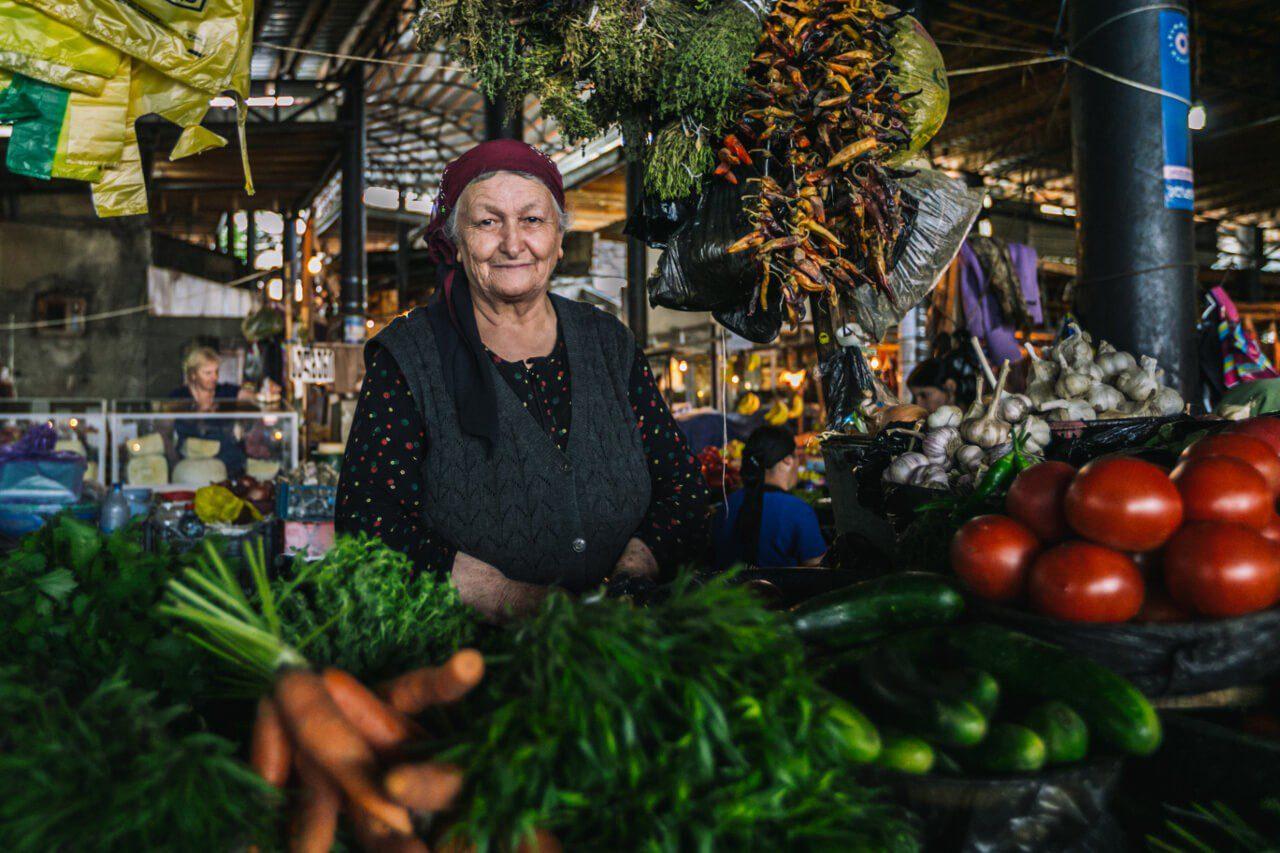 Targ z owocami i warzywami w Gruzji