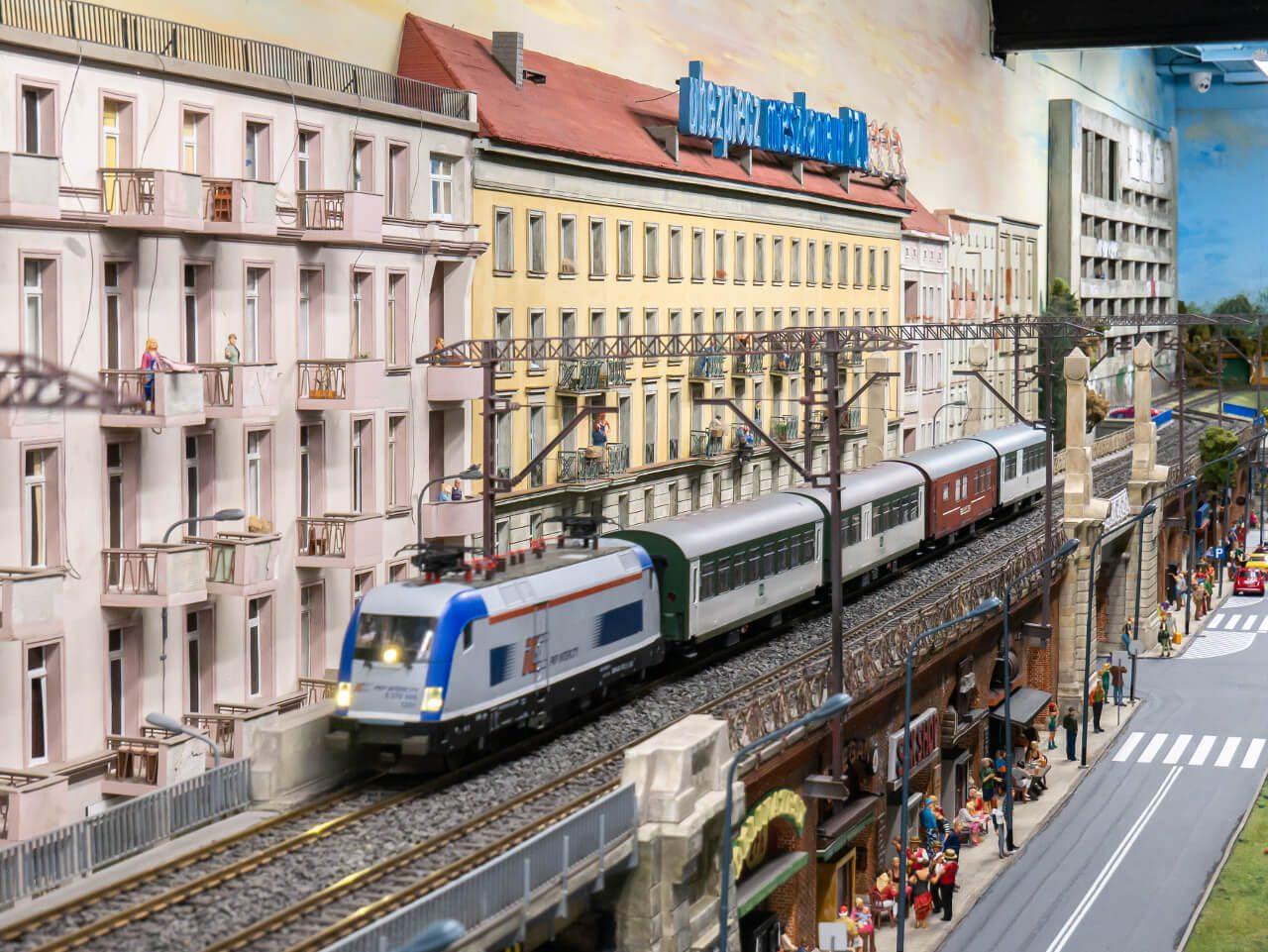 Estakada z pociągiem we Wrocławiu Kolejkowo
