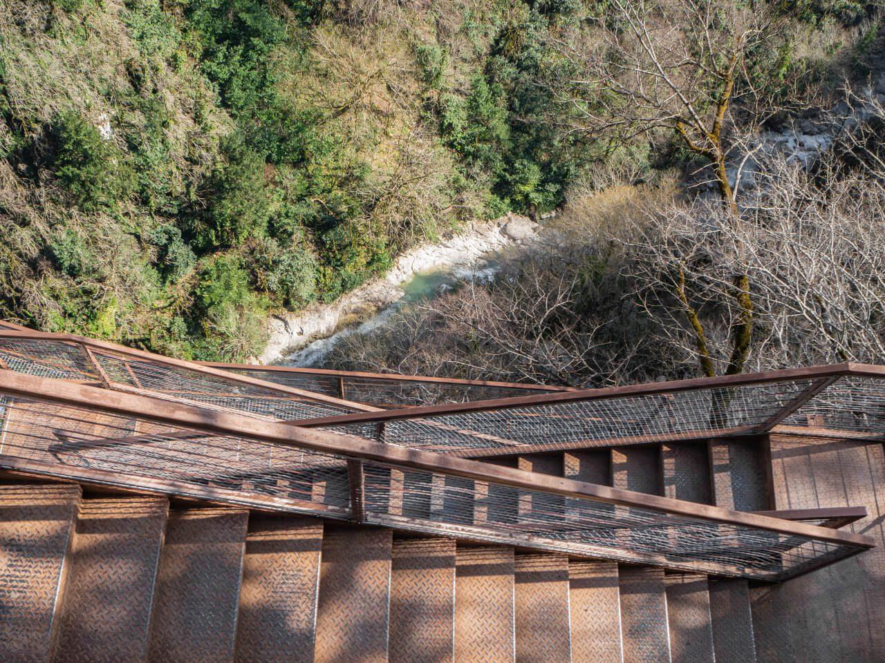 widok na rzekę okatse i ścieżkę w kanionie okatse