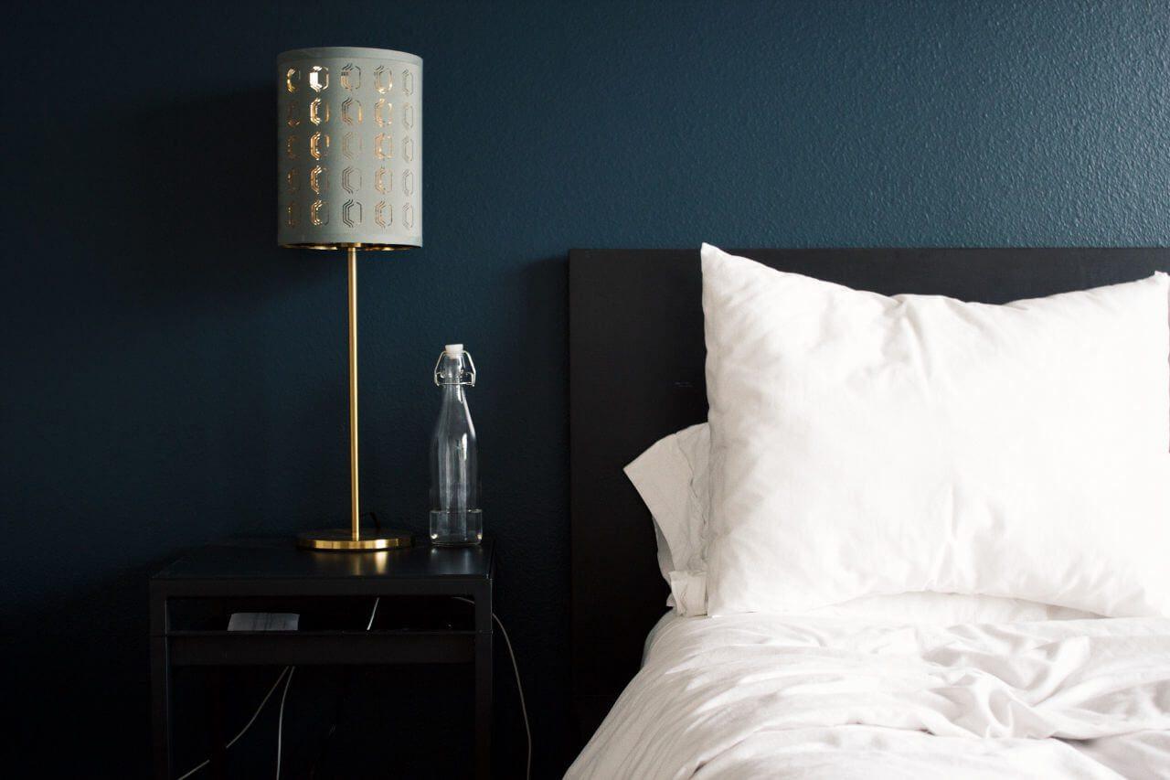 Booking łóżko hotel lampka
