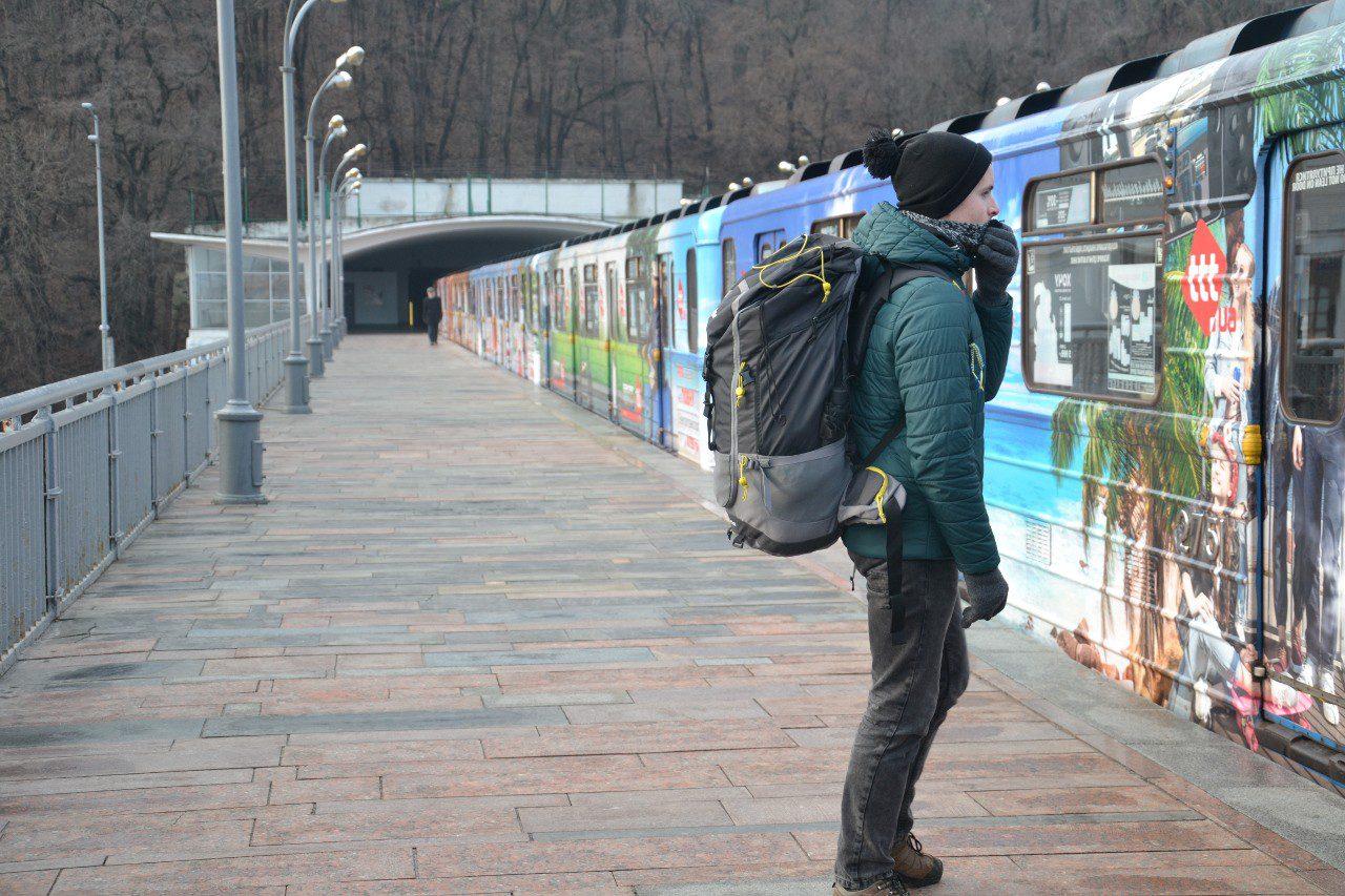 Bartek z plecakiem w podróży