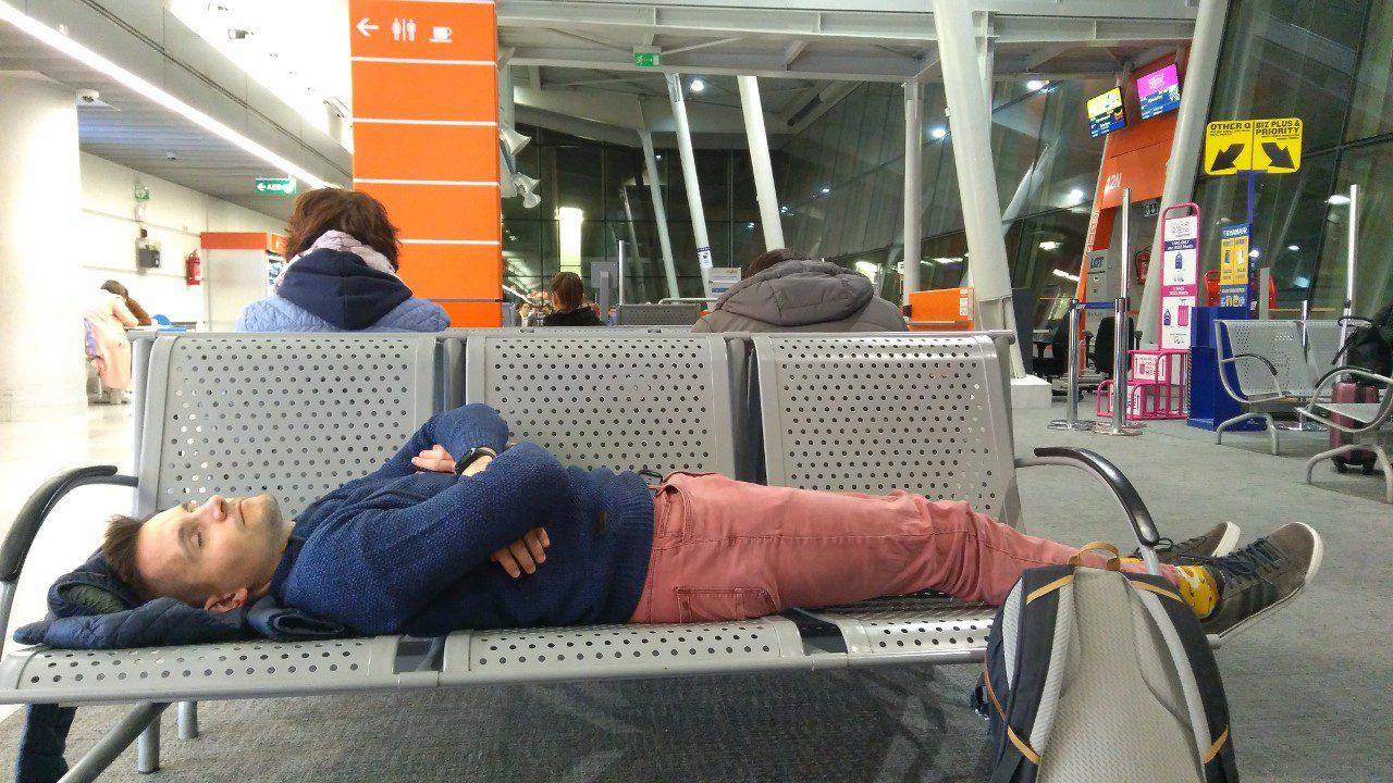 Tanie podróżowanie spanie na lotnisku