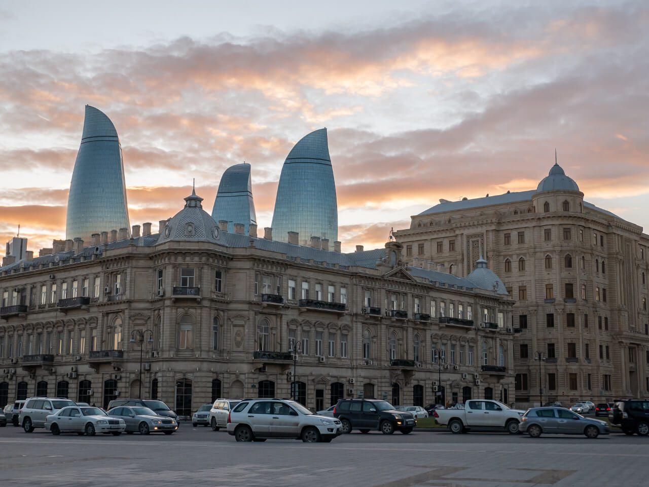 Ogniste Wieże Baku zachód słońca