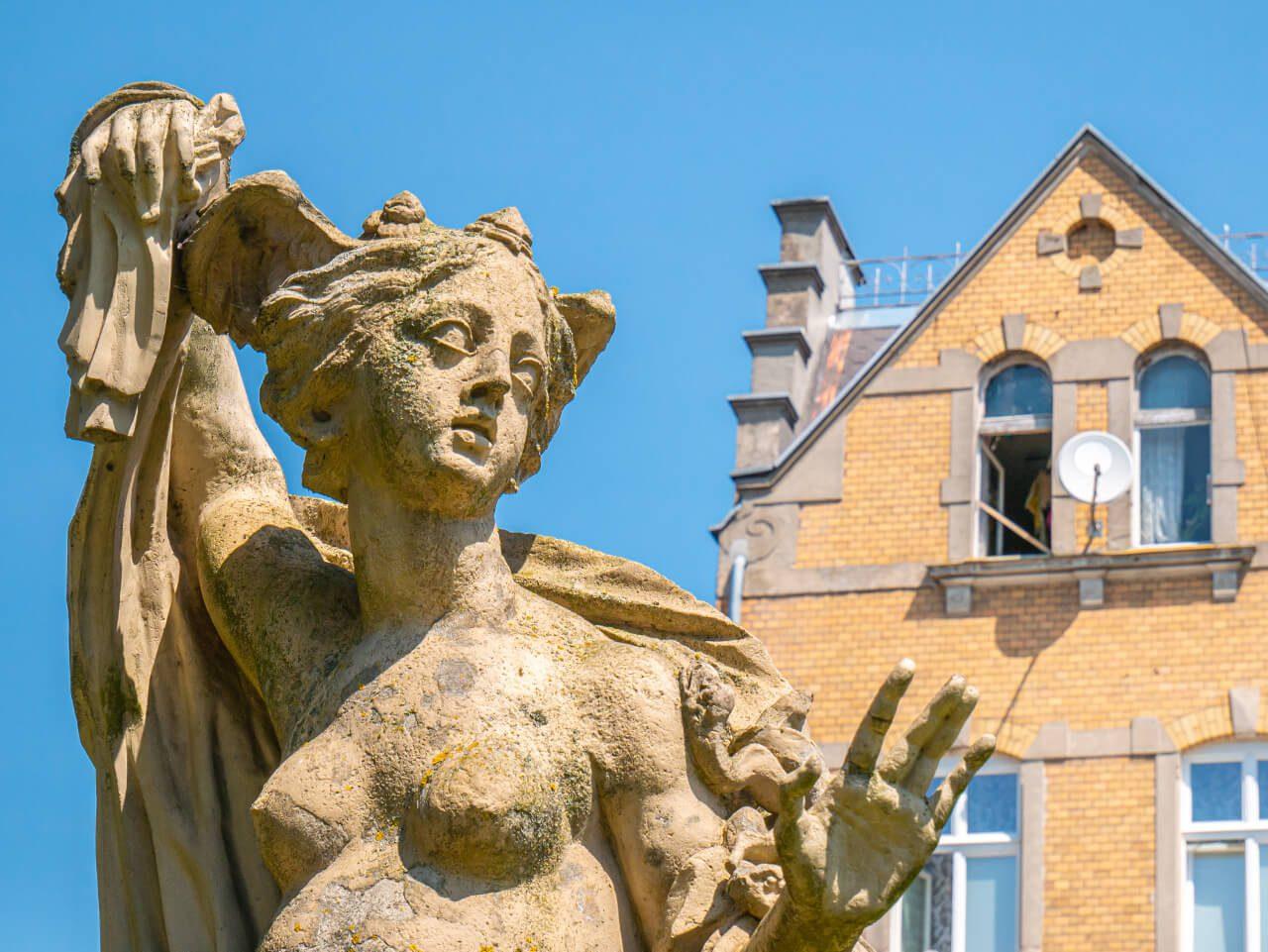 Mitologiczna rzeźba Iława