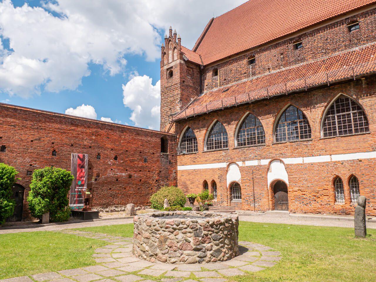 Baba Pruska dziedziniec zamek kapituły warmińskiej