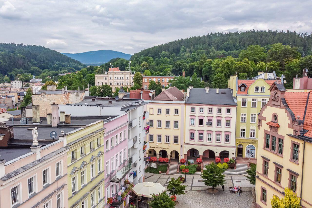 Kolorowe kamieniczki w Nowej Rudzie3 górskie widoki gdzie na weekend Dolny Śląsk