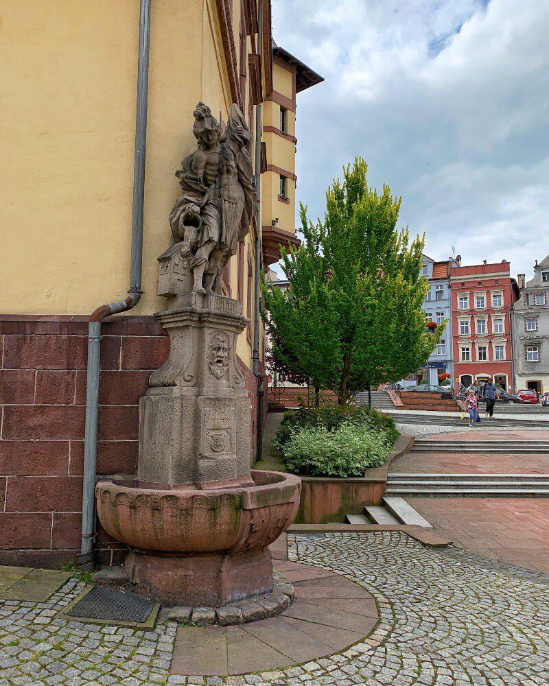 Rynek w Nowej Rudzie1 pomnik św. Floriana fontanna ciekawe miejsca
