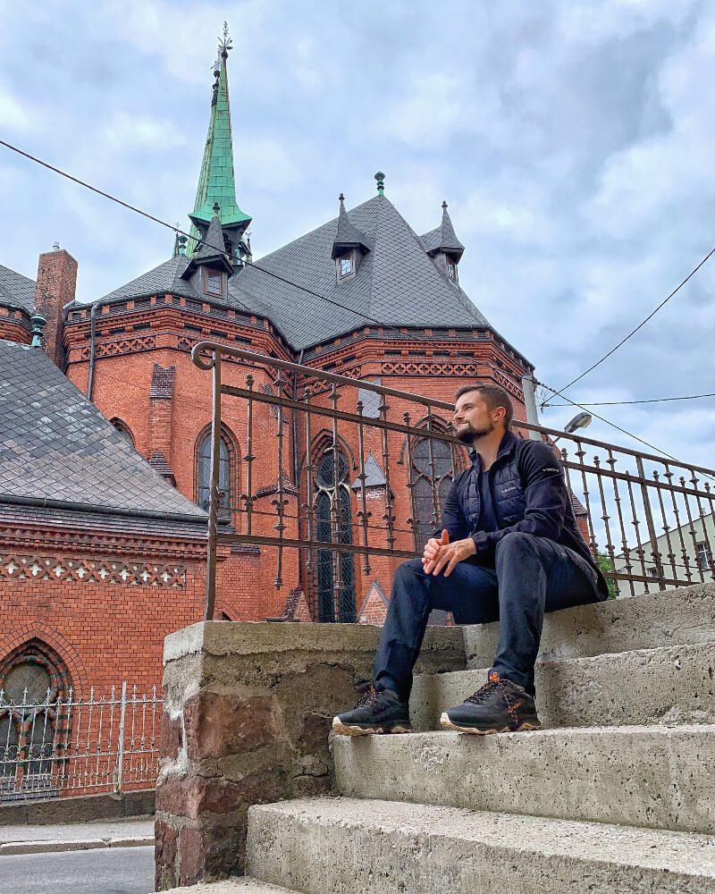 Kościół świętego Mikołaja z czerwonej cegły kurtka Viking Bart co warto zwiedzić Nowa Ruda3