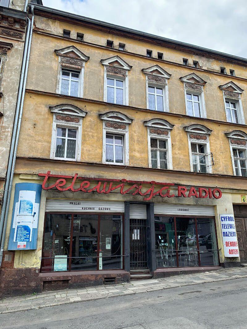 Neonowy szyld w Nowej Rudzie4 stara kamienica architektura modernizm