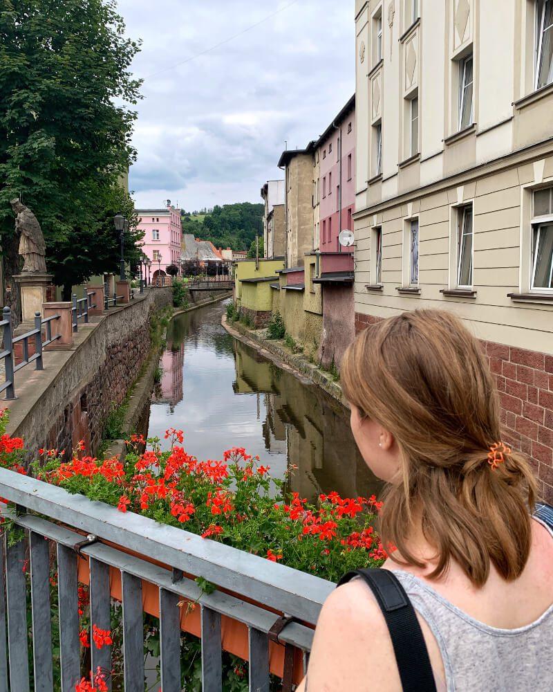 noworudzka fontanna w kształcie jaszczura Rudek nad rzeką Włodzicą atrakcje dla dzieci legendy Dolnego Śląska pomnik Nepomucena