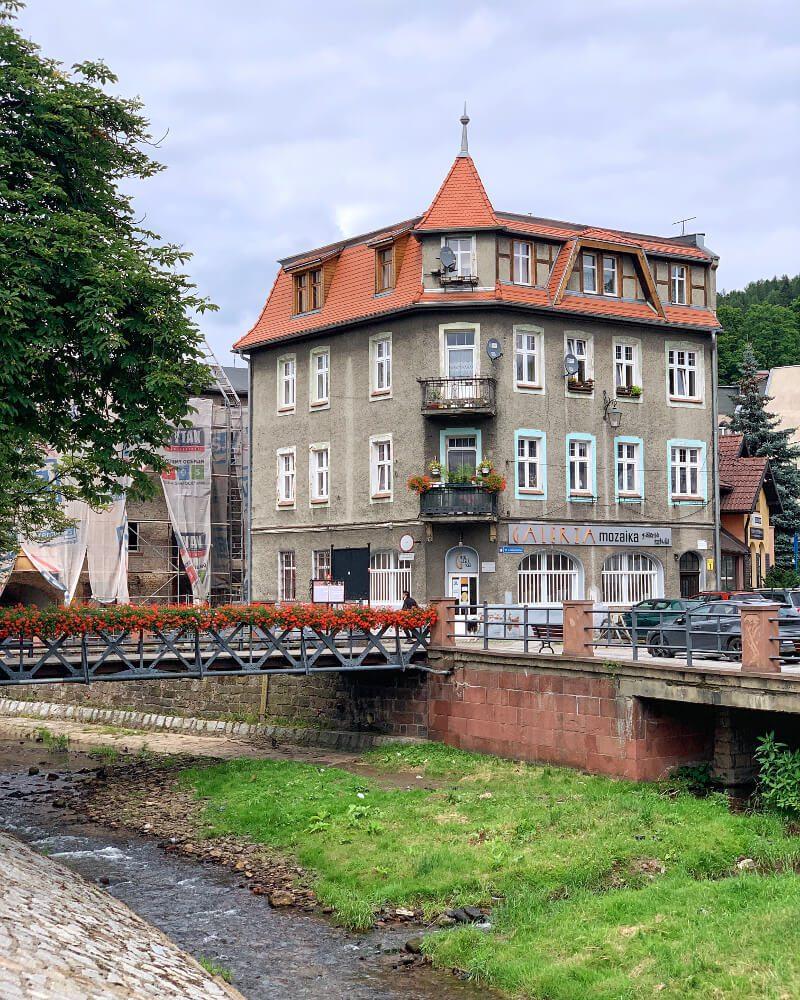 noworudzka fontanna w kształcie jaszczura Rudek nad rzeką Włodzicą atrakcje dla dzieci legendy Dolnego Śląska