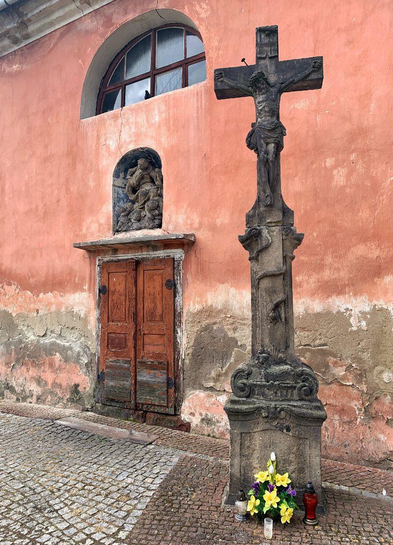 Kościół Wniebowzięcia Najświętszej Maryi Panny w Nowej Rudzie1 obiekty sakralne na Dolnym Śląsku1 co zobaczyć krzyż rzeźba