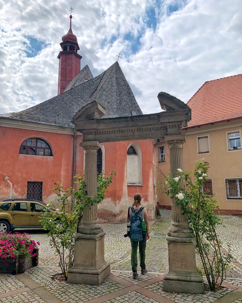 archiwalne zdjęcie brama donikąd wejście do ogrodu neoklasycystyczne elementy nietypowe miejsca na Dolnym Śląsku2 fotogeniczne miejsce