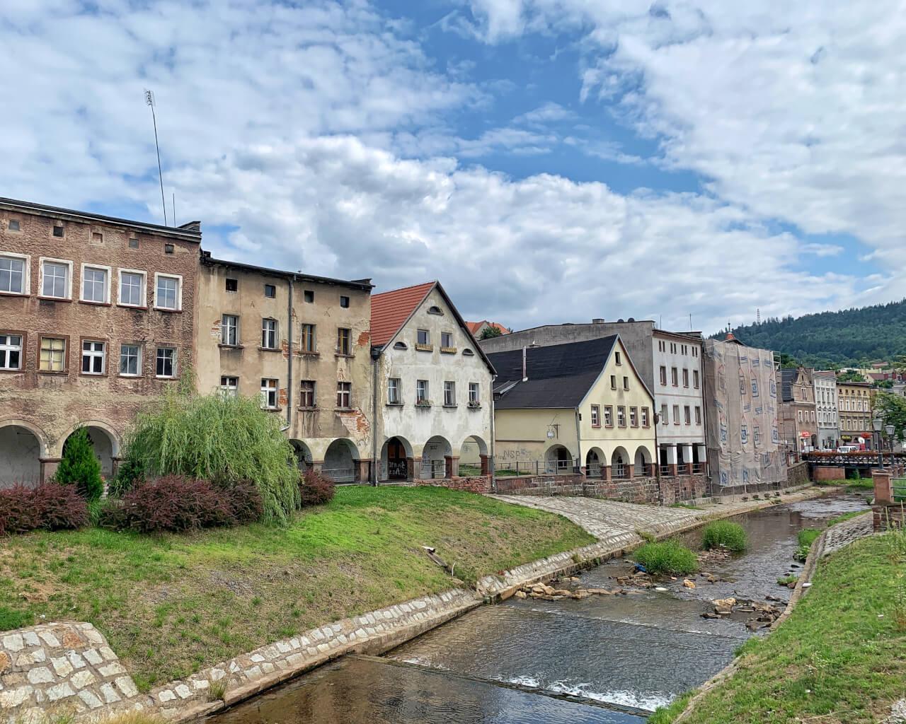 Domy Tkaczy nad rzeką Włodzicą ładne miejsca na Dolnym Śląsku