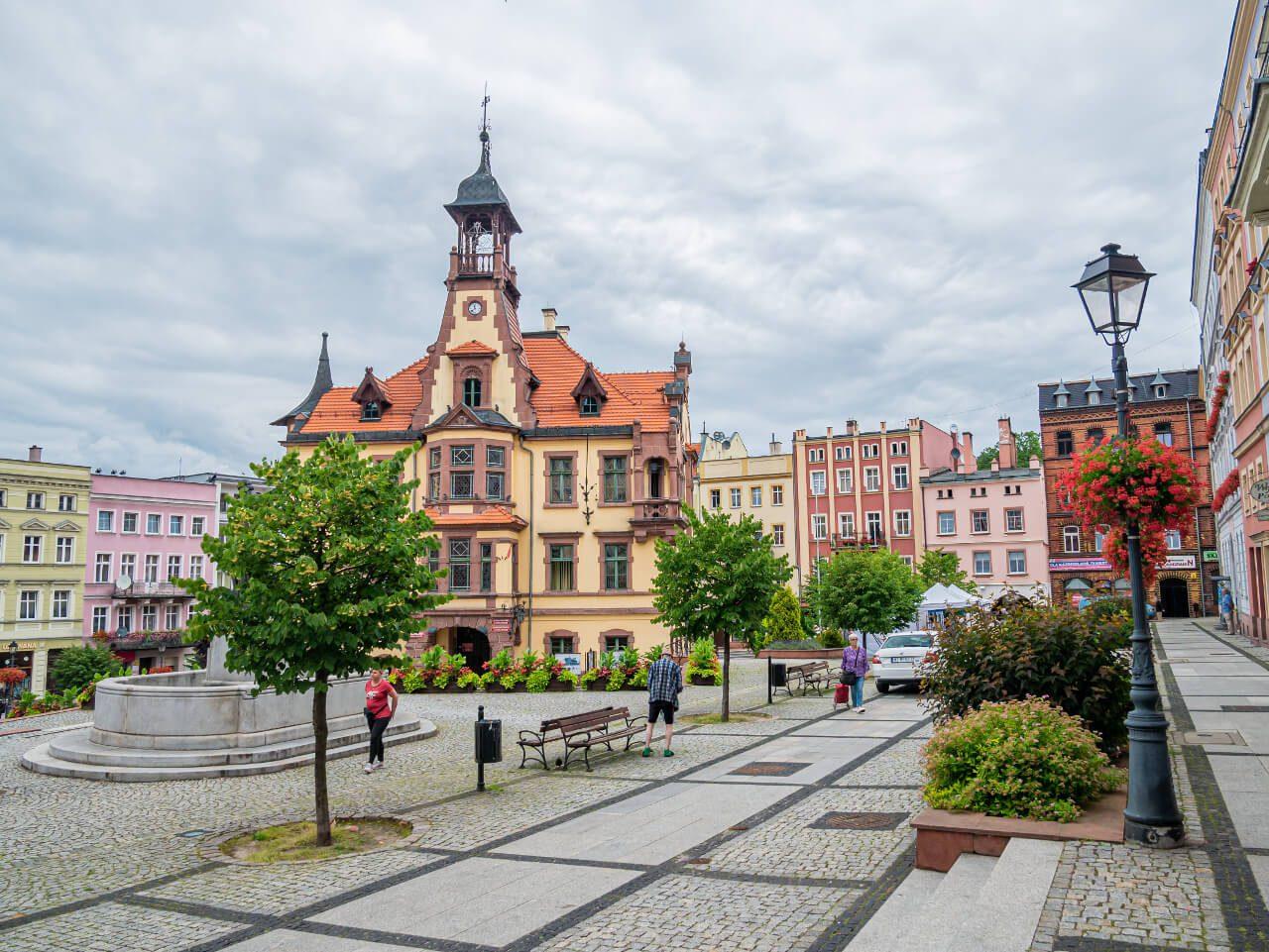 Ratusz Rynek Nowa Ruda2 kolorowe kamienice stare budynki ciekawe miejsca na Dolnym Śląsku