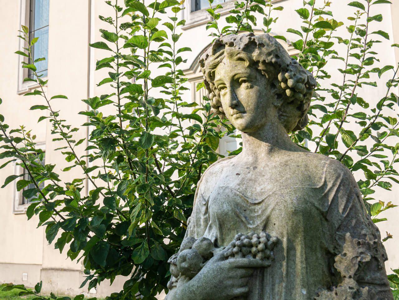 Cztery pory roku Syców rzeźby