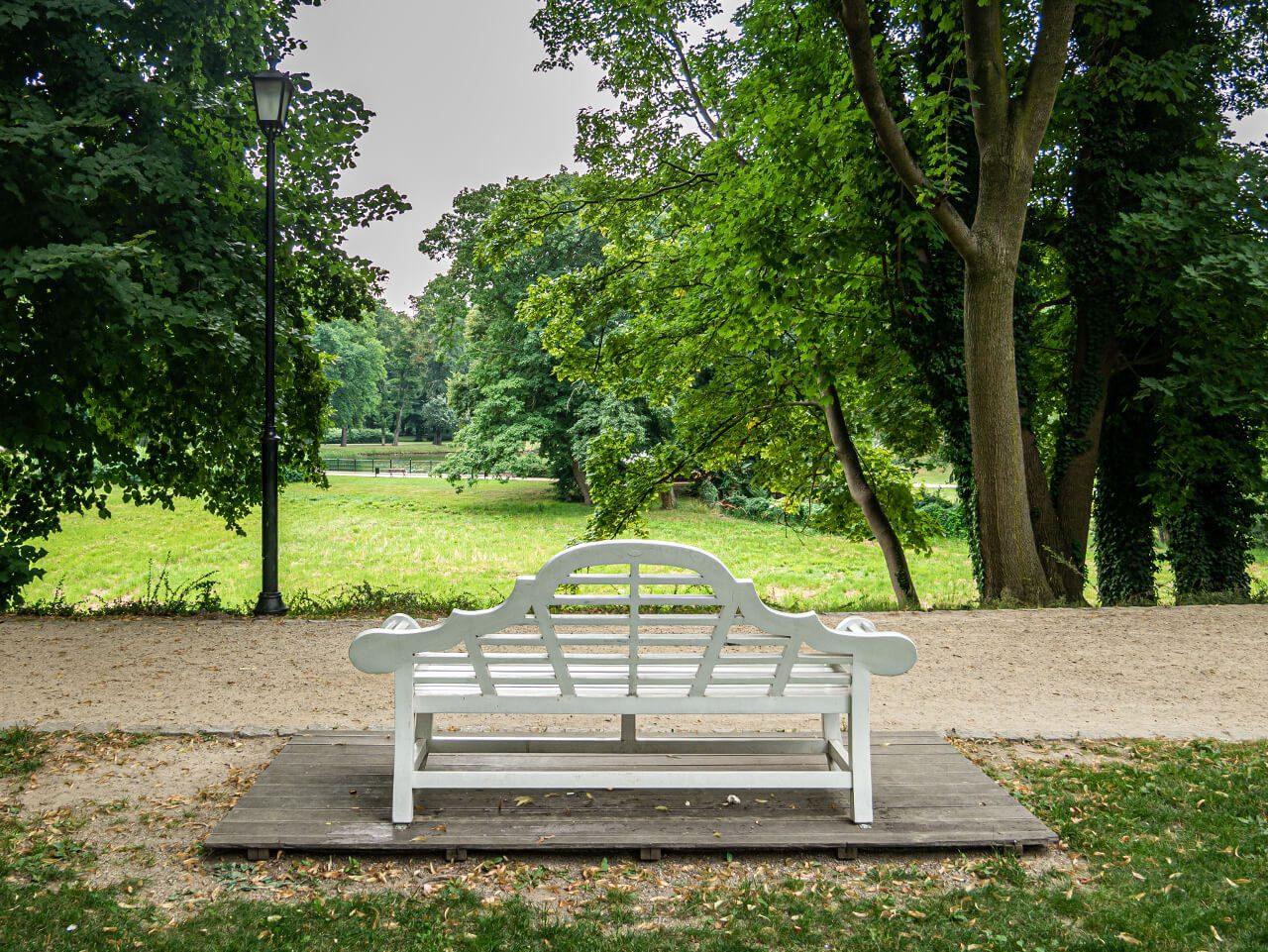 Ławeczka Bironów park miejski syców