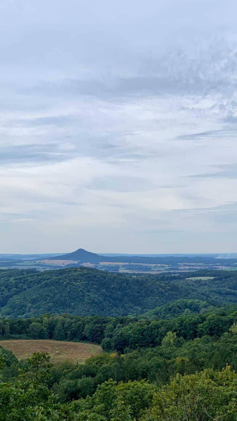 Kraina Wygasłych Wulkanów na Pogórzu Kaczawskim Park Krajobrazowy Chełmy Co Zobaczyć Ostrzyca Wieża Widokowa Weekend na Dolnym Śląsku Jesienny Spacer