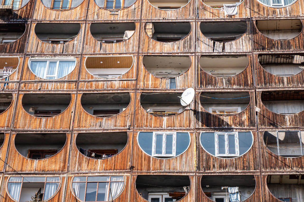 Drewniana fasada bloku na Nutsubidze Plato I w Tbilisi